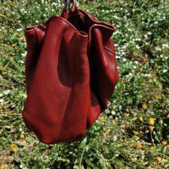 Poza plic din piele naturala caramizie între flori